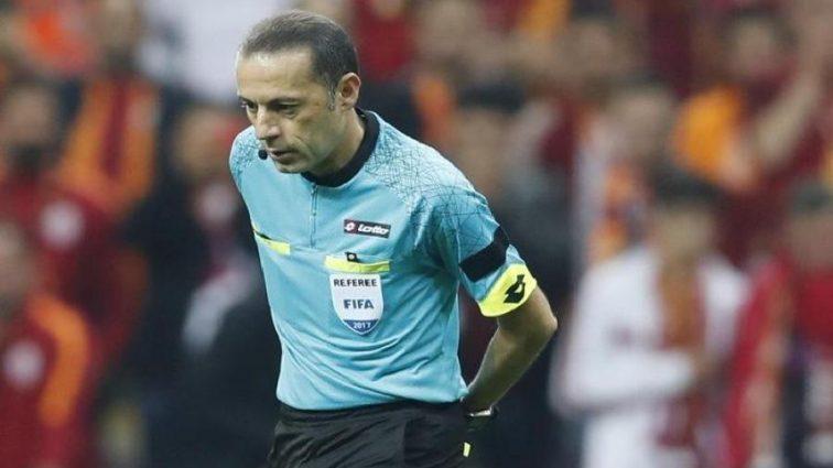 Турецкие болельщики забросали судью посторонними предметами во время матча