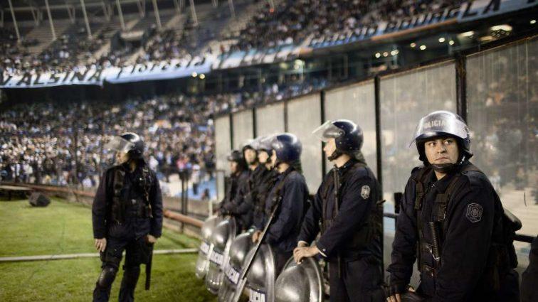 Аргентинские полицейские расстреляли футболистов, которые спорили из-за решения арбитра