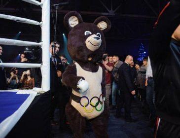 Беринчик вышел в ринг в костюме олимпийского мишки