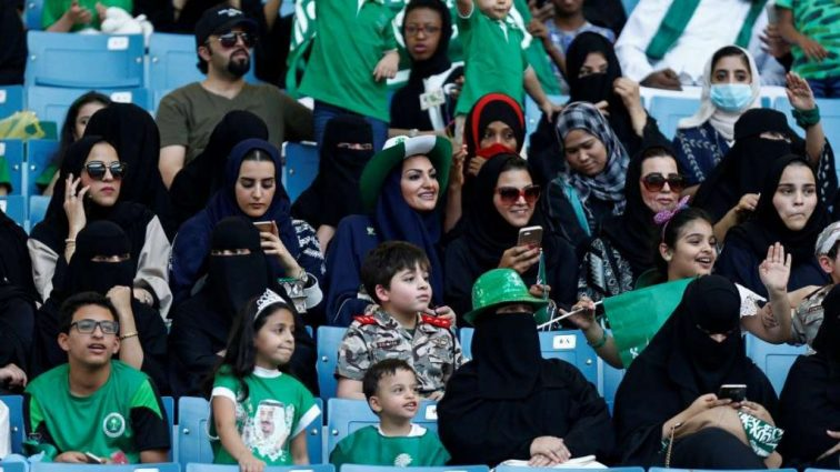 Впервые в истории на стадион в Саудовской Аравии пустили женщин