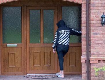 Невеста игрока АПЛ три часа ходила вокруг дома, в котором закрылась его любовница.