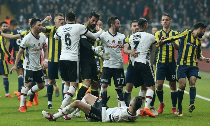 Турецкие фанаты сорвали матч и разбили голову тренеру Бешикташа