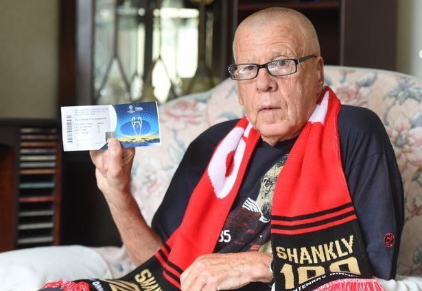 «Болеет за» красных «68 лет»: 75-летний фанат «Ливерпуля» не смог попасть на матч