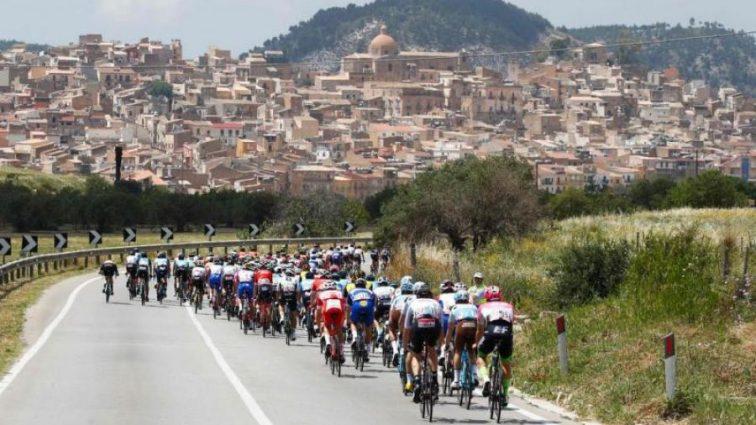 Госпитализирован в критическом состоянии: на велогонке Джиро д'Италия произошла ужасная авария