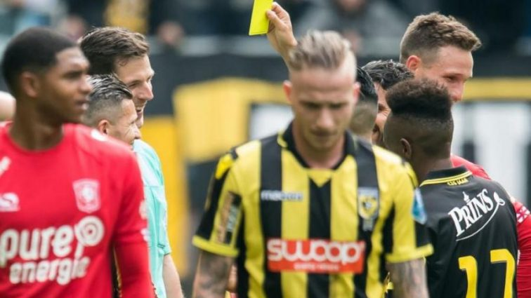 Инновации от ФИФА: футболист показал судье желтую карточку