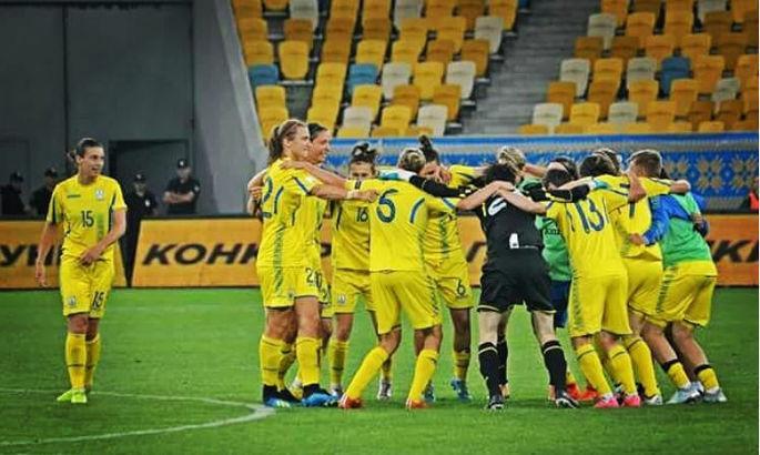 Звучали песни прямо из раздевалки: Как украинские футболистки праздновали победу (ВИДЕО)