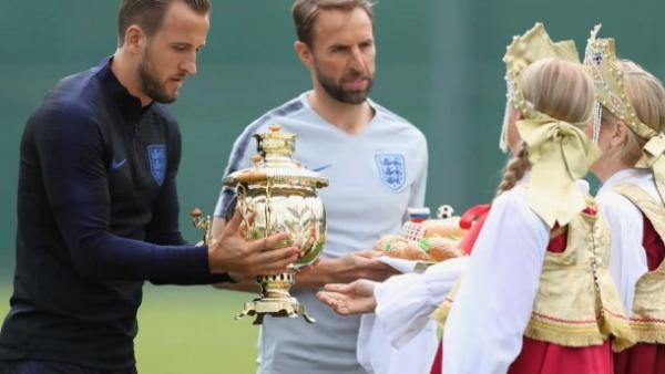 Самовар и каравай: футболисты сборной Англии отказались от угощений России