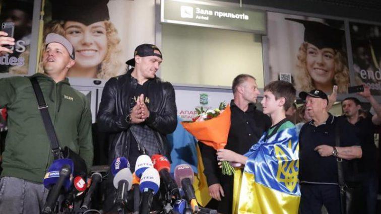 «Чемпион, Добро пожаловать домой»: украинцы триумфально встретили Усика в столице
