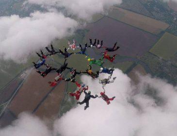 Украинские парашютисты установили в Харькове национальный рекорд