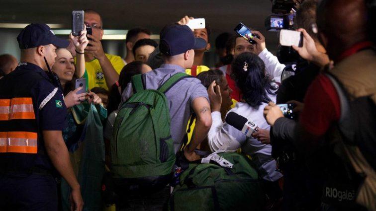 Разочарованные болельщики встретили автобус сборной Бразилии камнями.