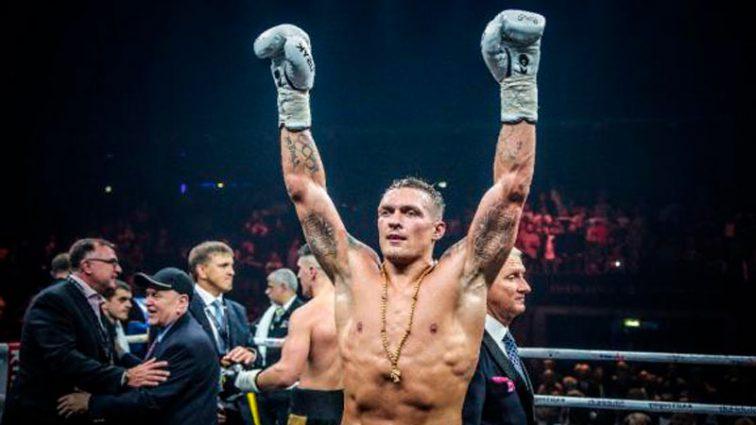 «Ну ты смельчак! В вышиванке прям под Кремлем!»: Знаменитый боксер эмоционально поддержал Усика в Москве