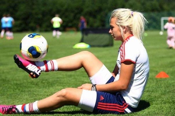 Ученые заявили, что футбол опасен для женского мозга