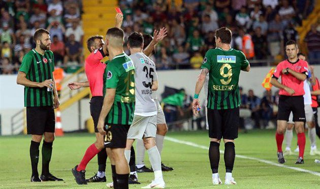 Нападающего сборной Украины Селезнева изъяли за плевок в соперника в чемпионате Турции