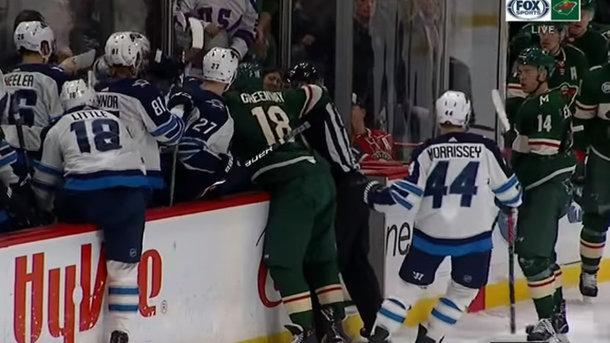 Во время матча НХЛ на скамейке запасных произошел конфликт и массовая драка