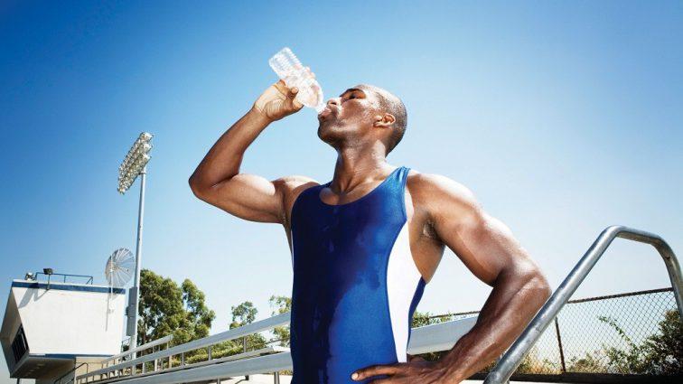 В каких случаях при тренировках не стоит пить воду, а в каких — это жизненно необходимо?