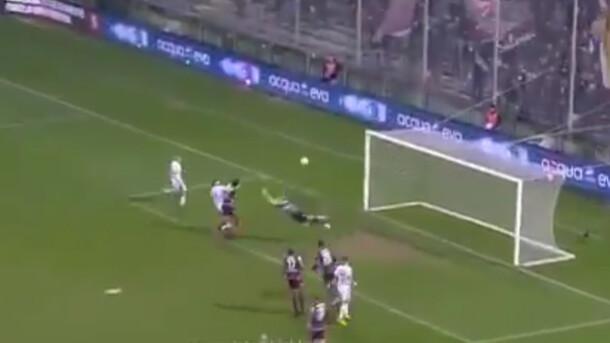«Самый нелепый гол в истории»: Вратарь отправил мяч в собственные ворота